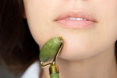 usar el rodillo de jade en la cara